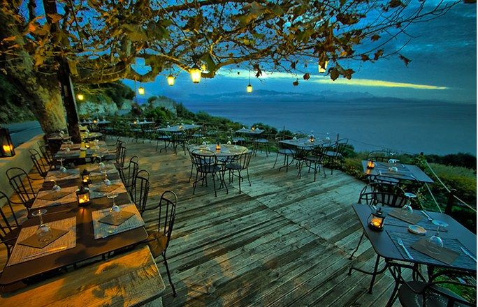 Terrasse en Corse : L'Auberge du Chat qui pêche - Les plus belles terrasses de restaurants et cafés en France