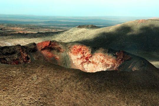 bajo la roca volcánica de las islas canarias