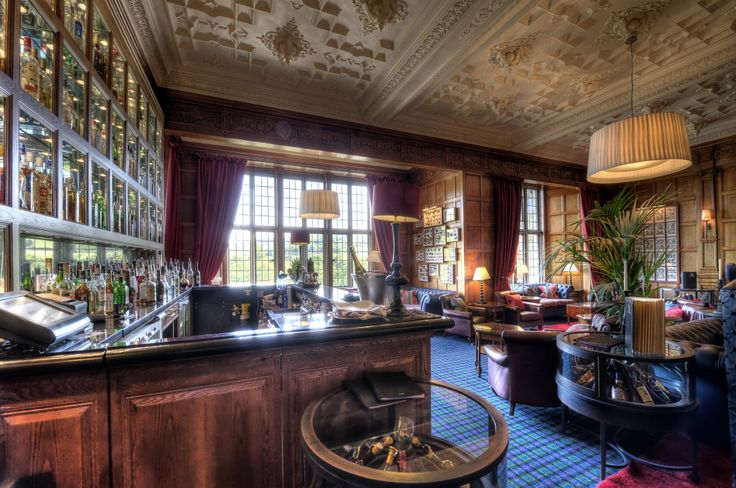 The Oak Bar, the ideal spot for a pre-dinner cocktail or nightcap.