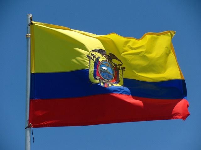 Esta es la bandera de Ecuador. El amarillo representa la diversidad en el país.  El azul representa el cielo y el mar. Rojo representa la sangre de los que lucharon por la independencia.