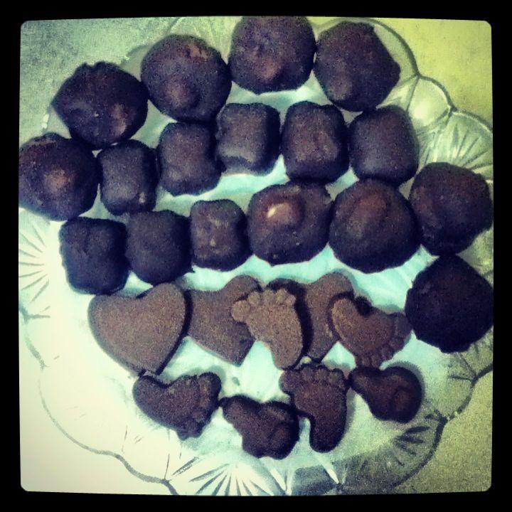 Nutella, nocciole, cioccolato bianco, cioccolato extradark! Risultato: Baci!!