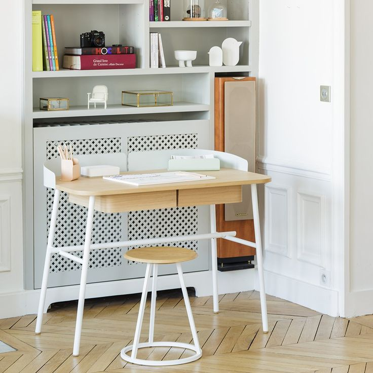 Bureau design blanc bois harto avec tabouret. Petit bureau avec tiroir et bibliothèque en cannage.