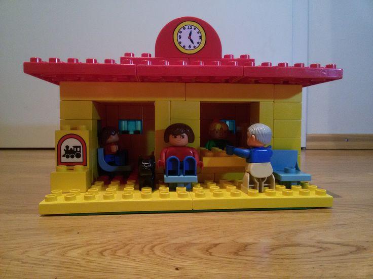 Hier siehst du eine Haltestelle bzw. kleinen Bahnhof aus LEGO® Duplo. Diese und weitere Bauideen gibt es auf BRICKaddict.de - einem Blog für LEGO® Duplo Inspirationen und Bauvorlagen.