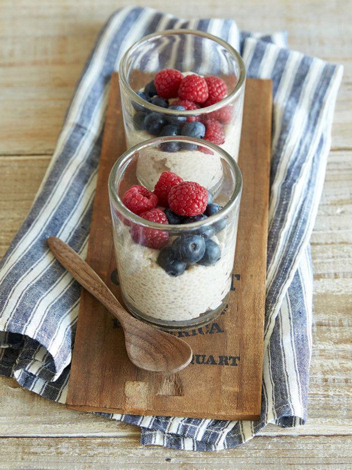 チアシードをココナッツミルクでふやかして固めれば、あっというまにプディングのできあがり。やみつきになりそうなプチプチした食感を堪能して。|『ELLE a table』はおしゃれで簡単なレシピが満載!
