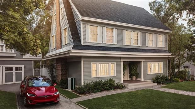 Tesla ya ofrece reemplazar el techo de una casa por otro hecho de paneles solares  Una muestra de cómo se verán las tejas solares en una casa con techo a dos aguas.