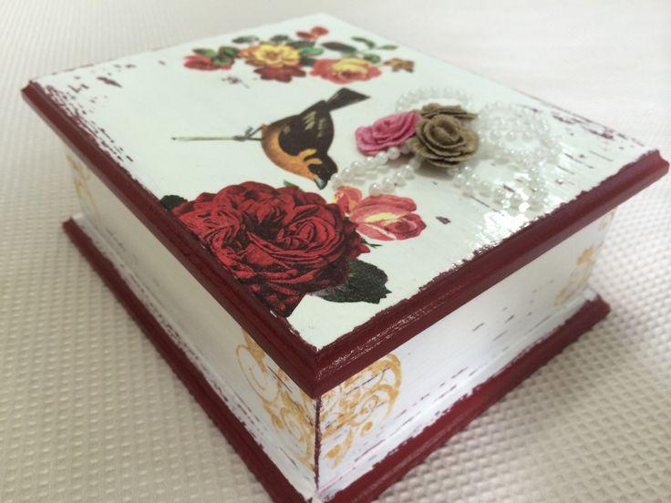 Porta jóias - decoupage, pátina e decoração em flores.