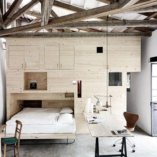 Une chambre en bois contemporaine esprit loft avec charpente apparente