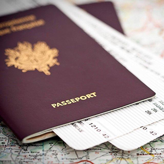 Es importante que para tus viajes al exterior lleves siempre fotocopias de todos tus documentos y los guardes aparte, esto es conveniente porque:  1.Si pierdes o te roban el pasaporte o cédula, la fotocopia le facilitará al consulado colombiano el trámite para expedir un nuevo documento de viaje.  2.Generalmente no es necesario circular por la ciudad del país extranjero con el pasaporte original, se puede hacerlo portando la fotocopia y guardando el original en el hotel, ahorrándote así el…