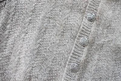 """in Swedish -- Mönstret kallas """"Fiskben"""" (vad annars?)och har följande beskrivning:varv 1 och 3: avigtvarv 2: *2 rm tills, 2 rm, öka 1 maska i nästa maska så här: sätt spetsen på höger sticka bakom vänster sticka, trä in spetsen ovanifrån och ned genom den avida m på varvet nedanför nästa maska, sticka denna maska rätt; sticka sedan 1 rm i m ovanför, 2 rm; upprepa från* och sluta sista uppr med 1 rm.varv 4: 1 rm, * 2 rm, öka 1 m i nästa m, 2 rm, 2 rm tills; uppr från * v ut."""