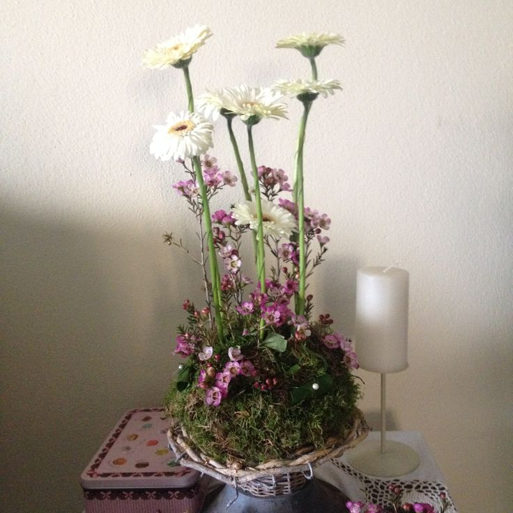 Composizione floreale in stile vegetativo.