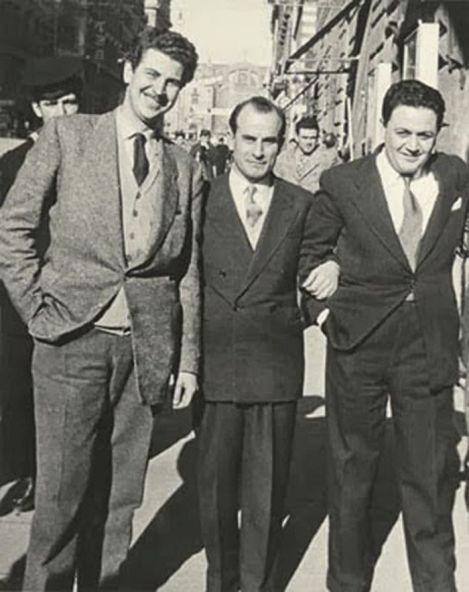 Ο Μίκης Θεοδωράκης, ο Μάνος Χατζιδάκις και -στη μέση- ο μαέστρος Ανδρέας Παρίδης στη Ρώμη το 1954