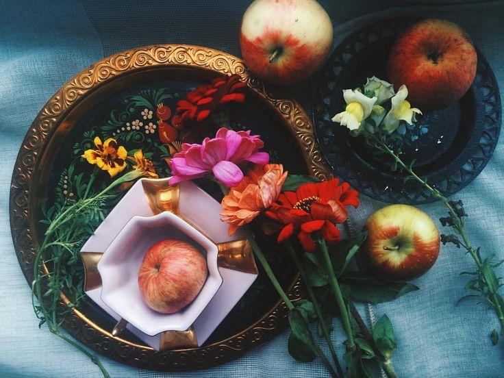 Autumn aesthetic: antirrhinum, marigolds, zinnias and apples🌼🍁🍂🌾🍎🍏 #autumn #aesthetic #flowers