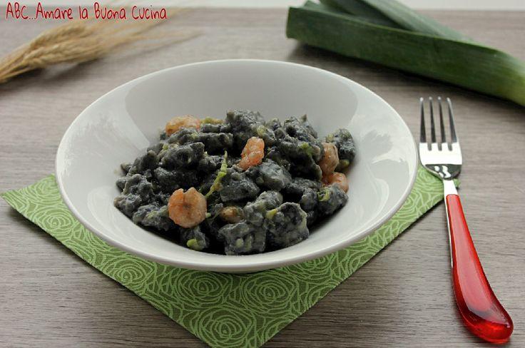Gli gnocchi al nero di seppia con porro e gamberetti sono un delizioso e profumato primo piatto dal sapore di mare.