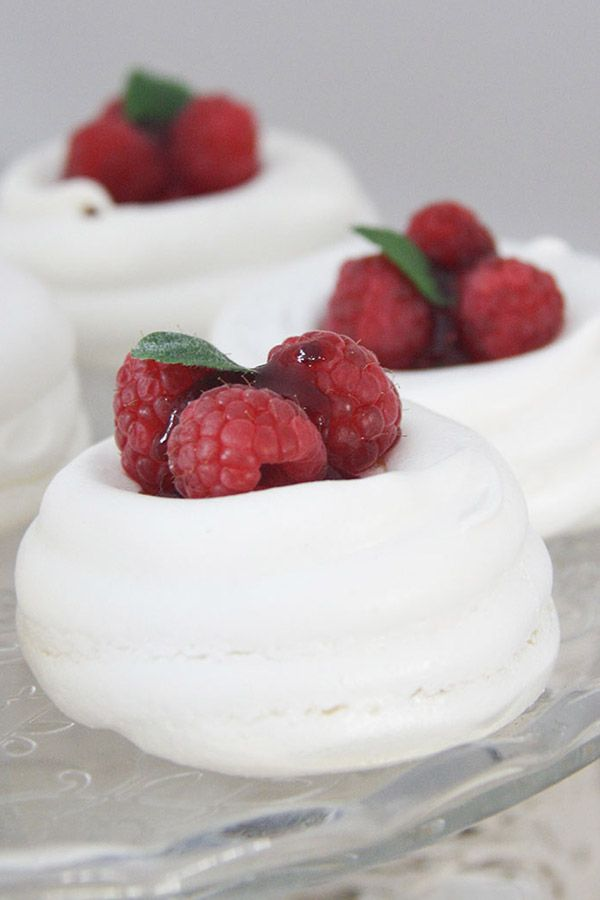 mini pavlova con cuore di lamponi e marmellata ai frutti di bosco e menta - mini pavlovas with raspberries and mint heart