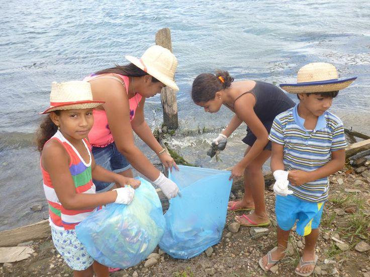 A criançada limpando o rio
