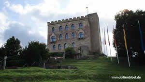 Das Hambacher Schloss vom Aufgang aus gesehen.