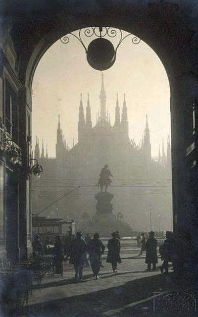 Piazza del Duomo vista attraverso l'arco del Passaggio del Duomo, Milano