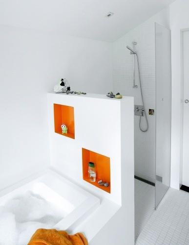 Leuk muurtje tussen bad en douche