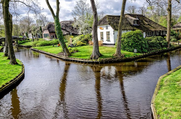 There are places in this world that are so surreal and beautiful that when you first see photos of them you naturally assume they must be from a movie set. But while the tiny town of Giethoorn in northern Holland may look like it was built for a film based on a children's fairytale, this enchanted neighborhood that's built upon a network of narrow canals is actually completely real.
