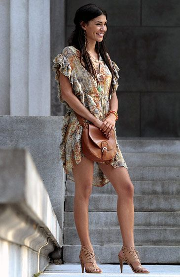In Season 4 Vanessa Abrams (Jessica Szohr) donned a '70s-inspired tunic and nude #sandals.