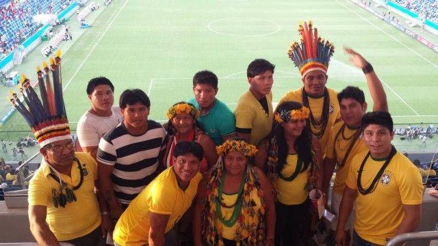 """Índios do Xingu conhecem Arena Pantanal no jogo entre Rússia e Coreia do Sul Um grupo de 15 índios ganhou ingressos da Funai para o estádio, em Cuiabá: """"Nunca pensei que iríamos assistir à Copa do Mundo com povos de outros países"""""""