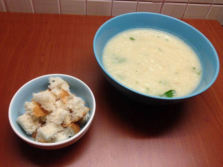 Încercați supa cremă de țelină, un preparat sănătos, ușor și ideal în zilele reci.