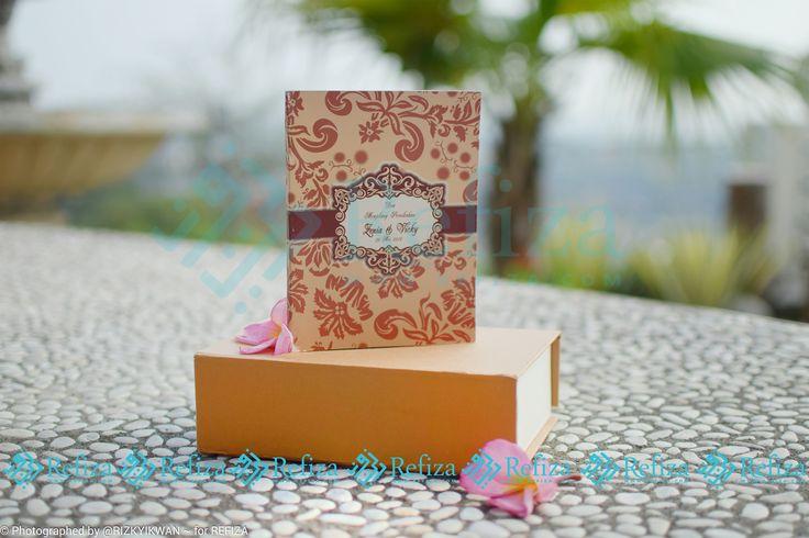 Buku doa menjelang pernikahan dengan motif cover yang bisa dicustom sesuai keinginan, tersedia paket 1 dan paket 2 yang sudah dilengkapi dengan mika, pita dan stiker.