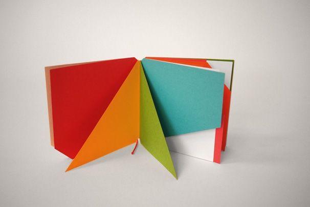 """LIVRE ILLISIBLE MN1 BRUNO MUNARI """"Que sont ces 'Livres illisibles' ? Ce sont des livres sans mots, des livres aux pages découpées de différentes manières et des pages de différentes couleurs."""" Bruno Munari."""