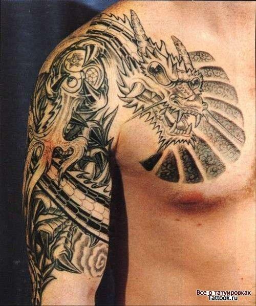 Дракон с рогами на плече и груди