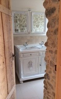 Rustikales und zugleich romantisches Badezimmer mit einem Doppel-Waschtisch im Landhaus-Stil