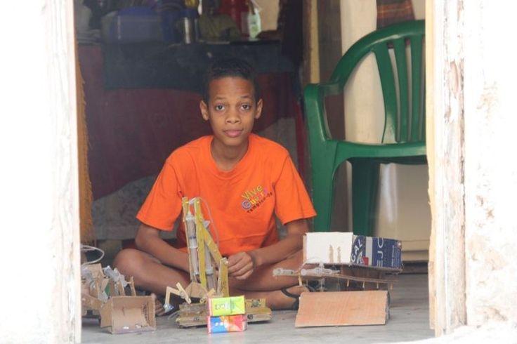 El niño prodigio dominicano que construye robots con material reciclado