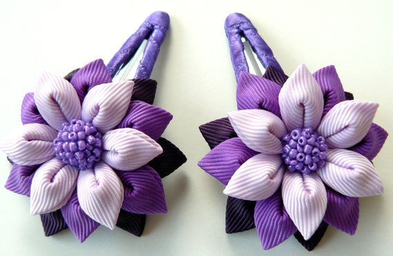 Flores de tela Kanzashi. Conjunto de 2 hebillas de cierre. Ciruelo, púrpura y orquídea.
