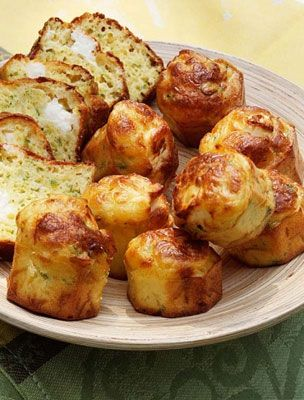 Feta sajtos krumplipogácsa  Hozzávalók:  50 dkg krumpli 15 dkg feta sajt 1 tojás 2 teáskanál kakukkfű 4 darab újhagyma 1 fél citrom leve só, bors, olaj Elkészítés ideje:  Két óra.