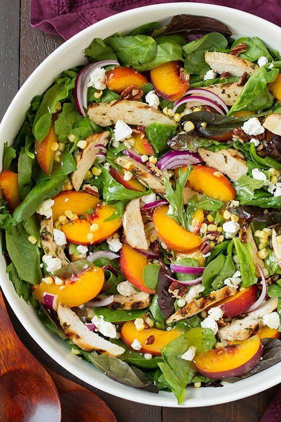 Pfirsichsalat mit gegrilltem Basilikum-Huhn und weißer Balsamico-Honig-Vinaigrette