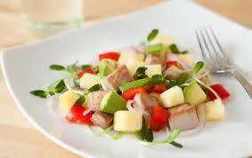 Салат с авокадо, тунцом и ананасами