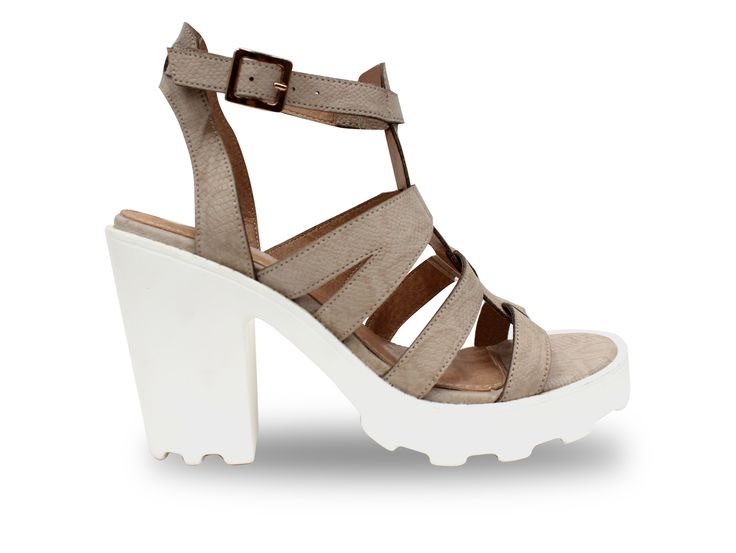 Sandalia plataforma y taco cuadrado color beige, ¡ encuéntralas en VIA ROSMINI !