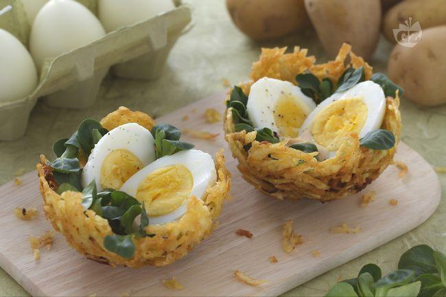 I nidi di patatine con uova sode sono una pietanza molto invitante e nel contempo divertente da proporre ai vostri bambini nel giorno di Pasqua; una bella sorpresa  per invogliarli a mangiare con allegria!