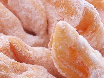 Csörögefánk recept + videó: A február és a farsang bizony nem telhet el fánk nélkül! A fánkok közül egy méltán népszerű ínyencség, a csörögefánk, másik nevén - alakja miatt - forgácsfánk. Kiváló recept! http://aprosef.hu/csoroge_fank