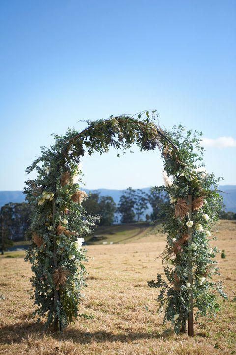 Un arco de flores puede darle otra perspectiva al evento. Creando un escenario nuevo.