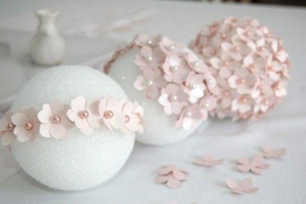 Enfeites feitos com flores de papel e isopor Bolsa de Isopor: Papel colorido (ou EVA), Alfinetes, Tesoura.  Passo a passo:    O primeiro passo que você deverá fazer é cortar as flores de papel. Faça o desenho em um papel para que seja o seu molde e depois corte as outras flores a partir dessa. Você precisará de 2 moldes para formar cada flor.