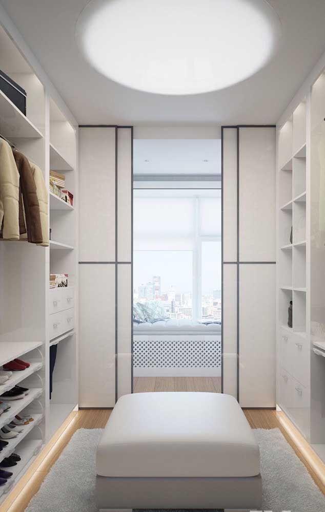 Closet de gesso com portas de correr e um confortável puff