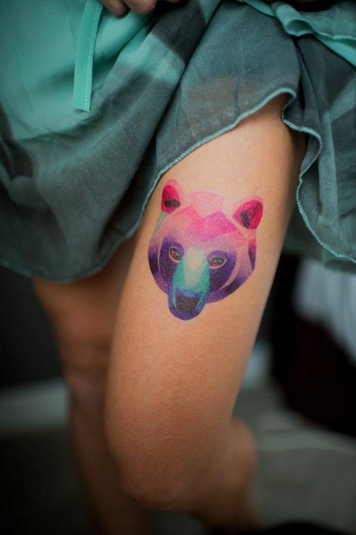 außergewöhnliche tattoos bunter bär auf dem oberschenkel bein grünes kleid harmonie mit dem tattoo