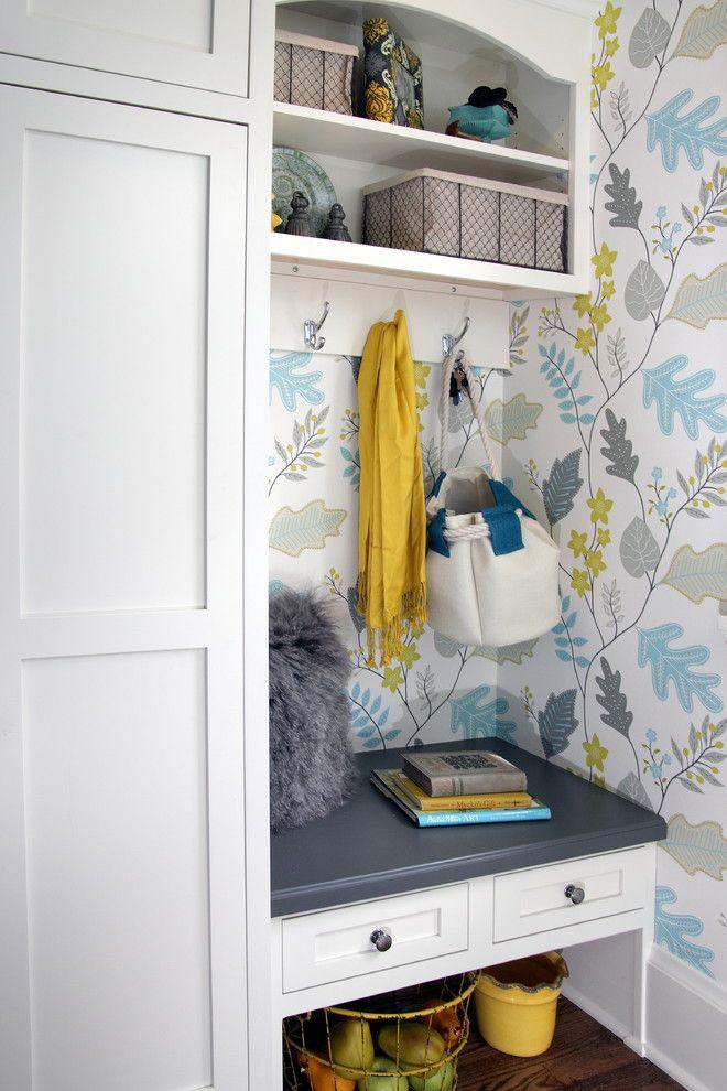 Обои в коридоре квартиры: 30+ вариантов для приветливого дизайна прихожей http://happymodern.ru/oboi-v-koridore-kvartiry-39-foto-praktichnost-i-elegantnost/ Цветной рисунок на обоях в коридоре смотрится достаточно свежо