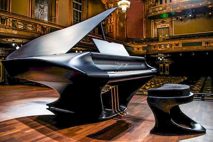 クラシック界は伝統を重んじる傾向にありますので楽器製造に関する技術的なレベルが上がったとしても、ピアノやヴァイオリンなどの完成されている楽器は形やスタイルとしての進化は起きにくいものである。しかし広い世界には色々な人がいるもので、ハンガリーのピアニストであるゲルゲィ・ ボガーニ氏は「The Bogányi Piano」という近未来的な新しいスタイルのグランドピアノを開発して製品化した。  「The Bogányi Piano」は通常のグランドピアノのような木材ではなく、宇宙技術でも使われている複合材料であるいわゆる炭素複合材料(カーボンファイバー)で作られている。 価格は1台25万ユーロ(EUR)(日本円で約3000万円)    屋根を閉じるともはやピアノに見えない。    この美しさが評価されハンガリーの五つ星ホテル、アリアホテルブダペストでも「The Bogányi Piano」が使われている。   さらにHUNGARYtodayによると、ハンガリー政府は国家予算から3億円を拠出して「The Bogányi Piano」を10台まとめて購入したと発表した。…