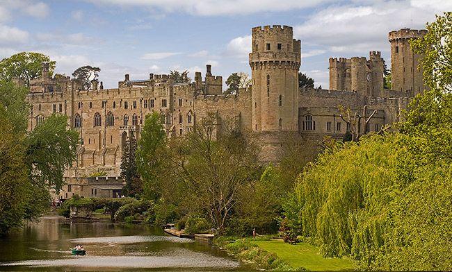 Wielka Brytania - Zamek w Warwick. Zamek zbudowany w XI w. przez Wilhelma Zdobywcę. Był świadkiem chyba największej liczby bitew spośród europejskich zamków. Duchy poległych krążą w zamkowych murach. Wyjątkowa jest Wieża Duchów, którą upatrzył sobie duch Sir Greville'a, zamordowanego we śnie przez służącego. W chłodne wieczory wychodzi ze swojego portretu i snuje się po wieży. W lochach ponoć także działają jakieś tajemnicze siły.