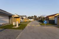 Bezpečná ulica medzi rodinnými domami v projekte Hubice Dvory #rodinnedomy #byvaniepribratislave #domypribratislave