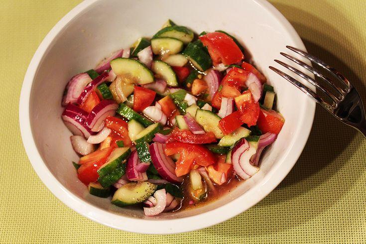 Okurkový salát s rajčaty, červenou cibulí a mátou - Powered by @ultimaterecipe