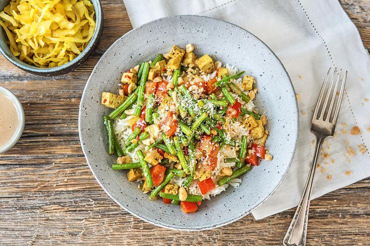 Kruidige tofu met rijst, groenten en pindasaus Recept | HelloFresh