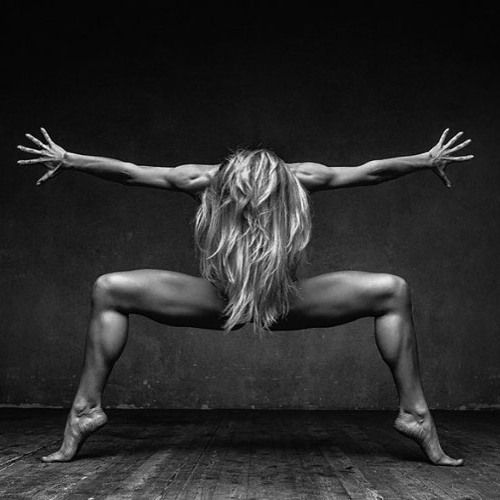 ЧТО ТАКОЕ ТАНЦЕВАЛЬНАЯ АЭРОБИКА  Танцевальная #аэробика  некий свод упражнений выполняющихся под аккомпанемент музыки. Она имеет среднюю интенсивность и не требует специального оборудования для выполнения упражнений. За одно занятие танцевальной аэробики можно потерять от 300 до 500 ккал. У танцевальной аэробики есть несколько направлений которые соответствуют какому-либо стилю танца. Джаз-аэробика  помогает исправить осанку. Фанк-аэробика. Основная нагрузка идет на позвоночник. Подходит для…