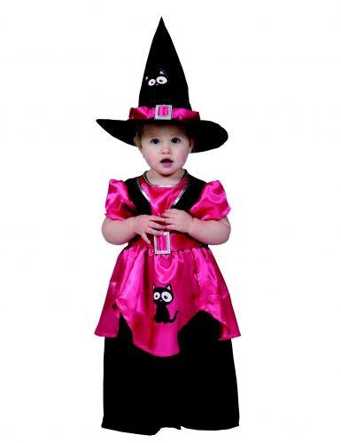 Questo travestimento da streghetta rosa per bambina comprende un vestito e un cappello di colore nero e fucsia. L'abito è in tessuto tipo raso e reca la stampa floccata di un dolce gattino sulla gonna. Il cappello, dalla tipica forma a punta, è in perfetto coordinato e reca anch'esso la stampa di un gattino. Non immaginate già la vostra piccola nei panni di questa adorabile streghetta la sera di Halloween?! Siamo certi che nessuno saprà resisterle e che farà il pieno di golosità!